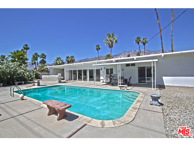 Palm Springs Sunrise Park home with large yard