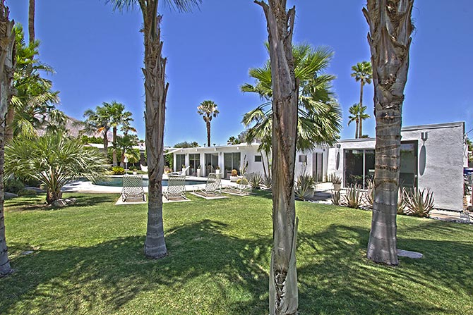 Palm Springs Racquet Club Neighborhood Mid-century home with large South Facing backyard